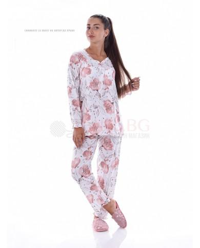 Красива дамска пижама в десен на цветя с веобразно деколте